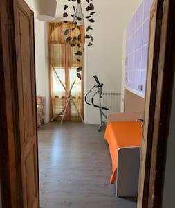 Ampie porte per ingressi nelle stanze, bagno, camere, sala e cucina