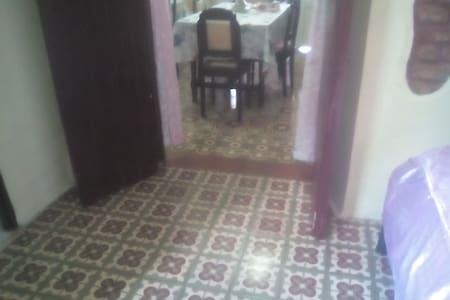 Entrada a la habitacion desde el comedor con un ancho de 100 cm