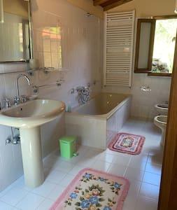 Ekstra plass rundt toalettet