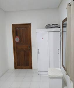 Foto interna do quarto, mostrando a largura da porta.