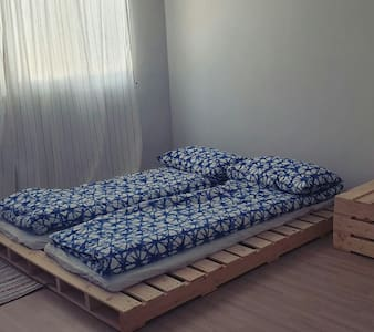 Espacio adicional alrededor de la cama
