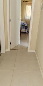 duas suites no andar térreo sem escada ou degraus.