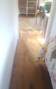 De vloer tussen dewoonkamer en de slaapkamer loopt door. Heeft geen opstapje.