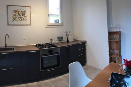 Cucina con: lavandino, piano cottura, forno, frigorifero/freezer, lavastoviglie