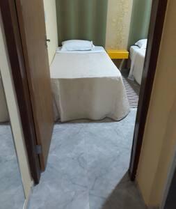 entrada quarto 3 camas de solteiro sem degraus.