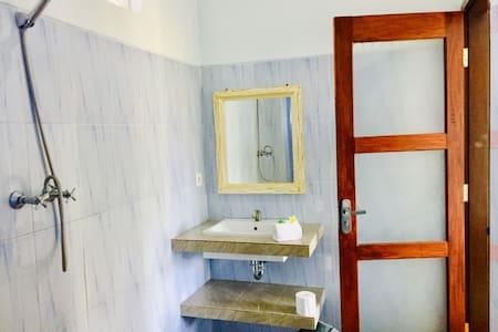 Hapësirë shtesë rreth tualetit