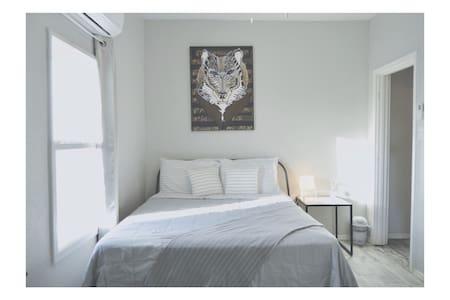 침대 주변에 여유 공간