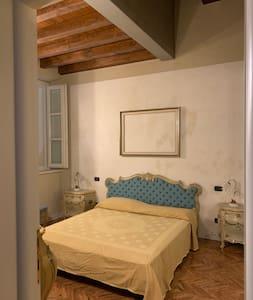 La camera matrimoniale ha molto spazio intorno al letto
