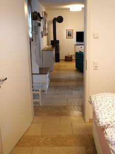 Über alle Zimmer hinweg gibt es einen breiten Weg sowie Bewegungsraum für Rollstühle