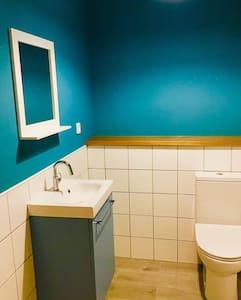 Espaço extra ao redor do vaso sanitário