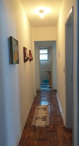 final do corredor que tem um metro de largura,é  a porta do banheiro