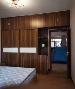 从次卧一里面角度,看客厅和餐厅。