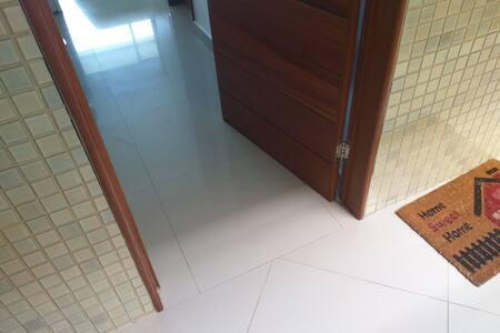 Porta larga e piso sem degraus com excelente acessibilidade