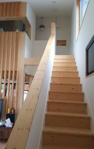 출입시 계단이 있읍니다