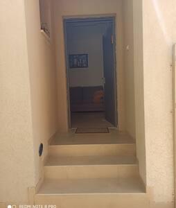 שלוש מדרגות בכניסה ליחידת האירוח ודלת הכניסה