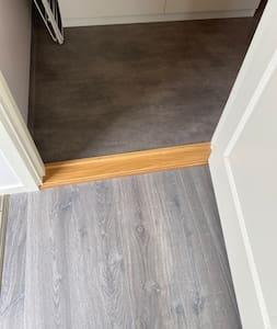 Tröskeln är relativt låg, det behövs en liten kant för att vatten inte ska rinna över till sovrum/kök.