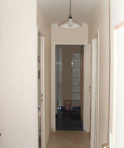Couloir d'accès aux chambres et à la salle de bains d'une largeur supérieur à 81 cm et ne présentant aucune marche.