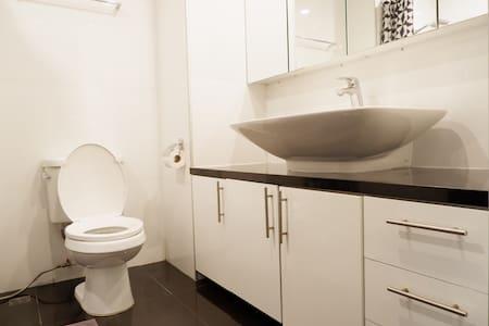 Visina WC šolje je prilagođena posebnim potrebama
