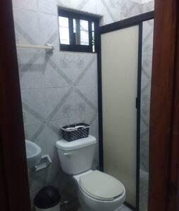 hay espacio al rededor del inodoro