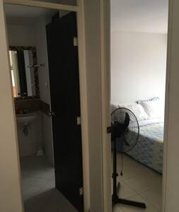 El baño goza de dos amplios y cómodos accesos desde la habitación y desde la sala!