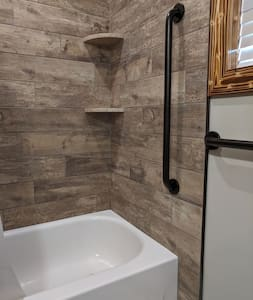 There is one bolted vertical grab bar suitable for assisting in the entry and exit from bathtub. There are no additional grab bars within the tub/shower.