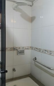 O chuveiro encontra-se dentro da banheira.