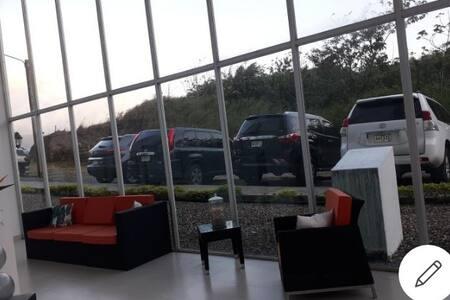 entrada por lobby trasero donde estan los estacionamiento hay 2 escalones desde estacionamiento hasta la puerta de entrada,hay rampa también