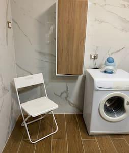 La sedia può essere messa dentro al box doccia