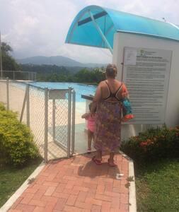 Entrada piscina del conjunto