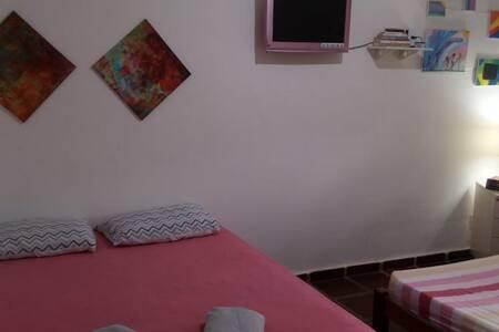 quarto principal ao lado da sala com acesso plano