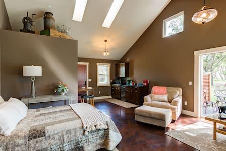 Studio / open floor plan