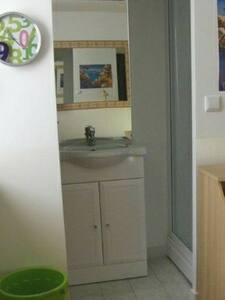 Accès directe à la salle d'eau, au WC et à la cabine de douche.