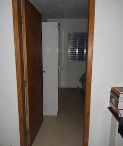Entrada do quarto,ou seja,devida acomodação para os hóspedes.