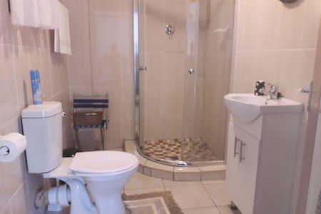 Papildoma erdvė aplink tualetą