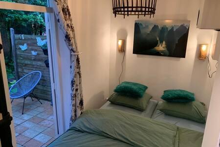 2 eenpersoons bedden. Overdag kan je 1 bed er onder schuiven voor meer ruimte. 2 x 80/200.