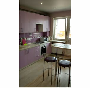 Кухонная просторная зона, с широким входом