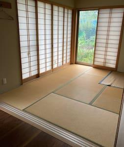 寝室の引き戸3枚全開放で2m以上確保。