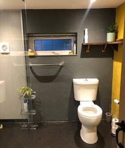 Тоалет со соодветна висина на WC шолјата