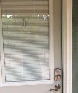 Puerta de la habitación independiente a la casa!