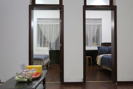 两个卧室门口无台阶,平整光滑。