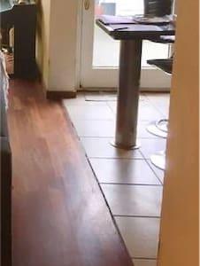 Betreft een open keuken met vloer die op gelijke hoogte ligt met woonkamer en brede toegankelijkheid.