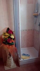 Dodatkowe miejsce wokół prysznica