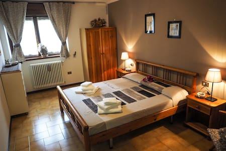 Camera matrimoniale con armadio e cassettiera due comodini e poltrona ampia finestra molto accogliente e silenziosa