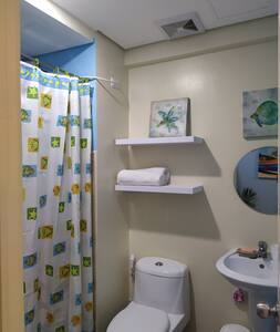 Toilette installée à une hauteur accessible