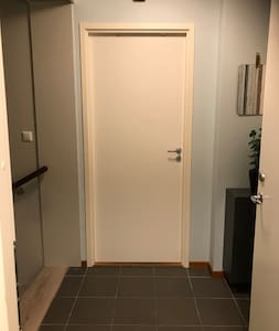 The door into the bedroom (81 cm).