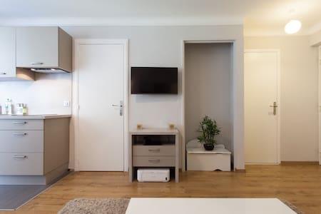 La salle de bain c'est la porte de droite, sans marche