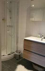 Espace supplémentaire autour de la douche