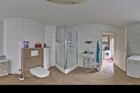 Espacio amplio alrededor de la ducha