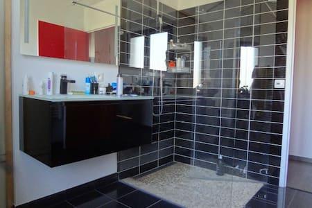 淋浴間周圍有充足空間