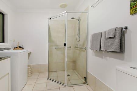 Tukikahvat suihkussa